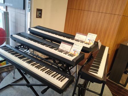 ポータブル電子ピアノ店内.jpg