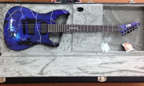 メタリカ30周年ギター2本目全体.jpg