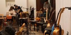 写真:アコースティックギターコースの弾き語り発表会。リハ編 藤枝店