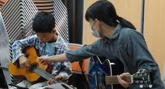 写真:親子でギターに挑戦!呉服町お街ゼミな~る|本店