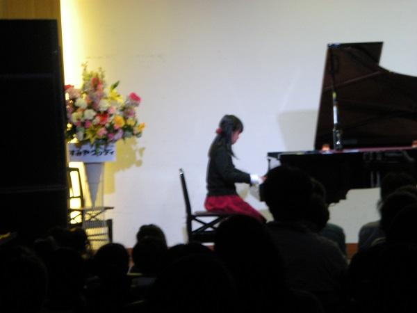 女の子1人ピアノ(JOC).jpg